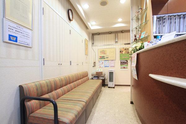 ゆったりと落ち着いた雰囲気の待合室