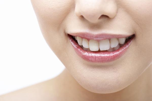 治療ポリッシングで歯の汚れを除去したうえで、ホワイトニングジェルを塗布、歯の内部の色素を分解します。
